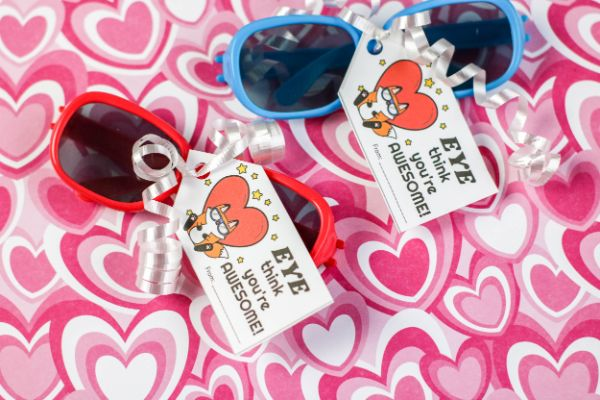 For a fun, non-candy Valentine idea, check out this FREE Sunglasses Valentine Printable! #fhdhomeschoolers #freehomeschooldeals #valentinesday #hsmoms #homeschoolers