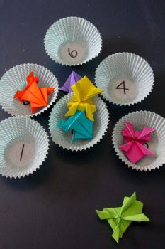 For a fun indoor activity, check out this FREE Jumping Origami Frog Activity! #fhdhomeschoolers #freehomeschooldeals #origami #homeschoolcrafts #hsideas